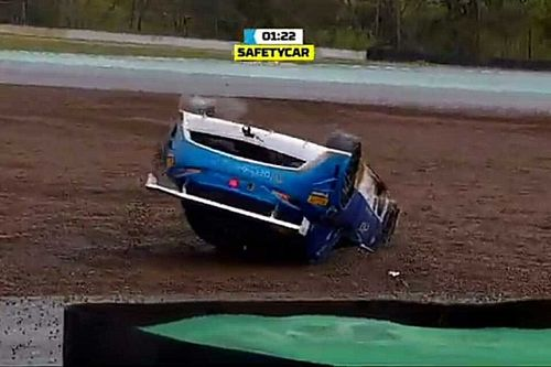 VÍDEO: Piloto da Stock Light capota em Interlagos