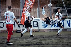 GALERI: Aksi pembalap bermain sepak bola di laga amal