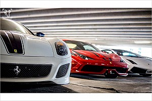 Automotive News Irre Autosammlung in öffentlichem Parkhaus