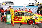 Logano edges Kahne for third straight Martinsville pole