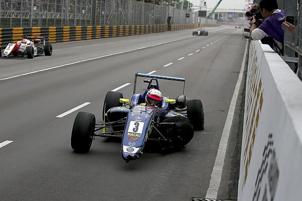 F3 Motorsport.com hírek WOW: Bámulatos csata és kettős csattanás az utolsó kanyarban az F3-ban