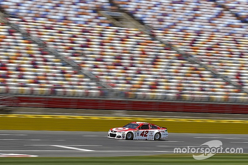 Larson toma la pole para el All-Star Race luego de una sanción sobre Kurt Busch