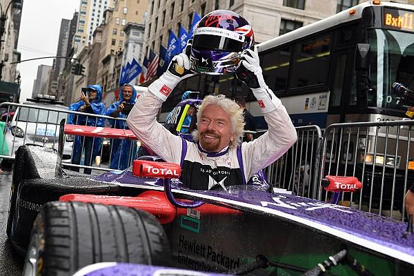Ричард Брэнсон сел за руль машины Формулы Е