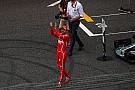 Vettel sapkát cserélt a rajongójával