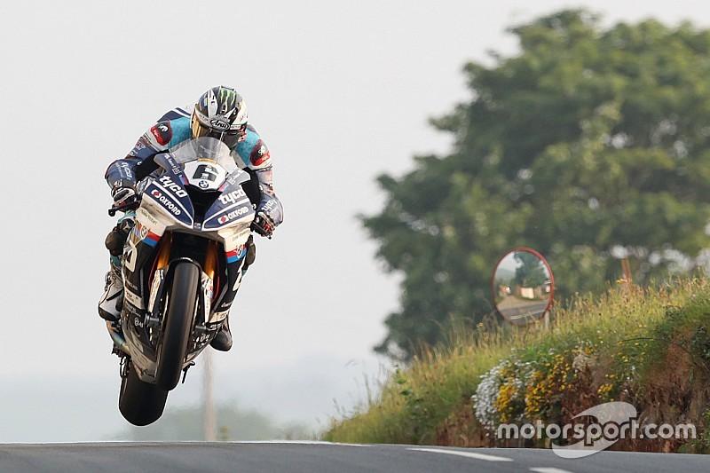 Isle of Man TT:Dunlop dedicates Superbike win to Kneen