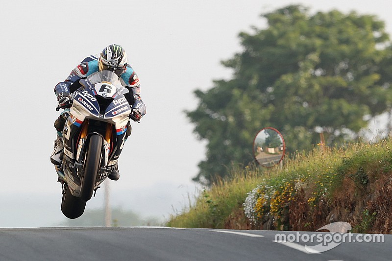 Isle of Man TT:Dunlop, Superbike zaferini Kneen'e adadı