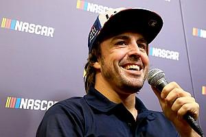 Alonso y Johnson movilizan a sus fans con un posible intercambio de volantes