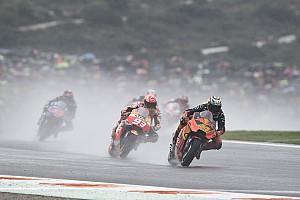 Дождевой хаос и исторический успех KTM: главные события Гран При Валенсии