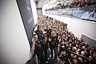Formule 1 In beeld: Mercedes vormt erehaag voor Lewis Hamilton
