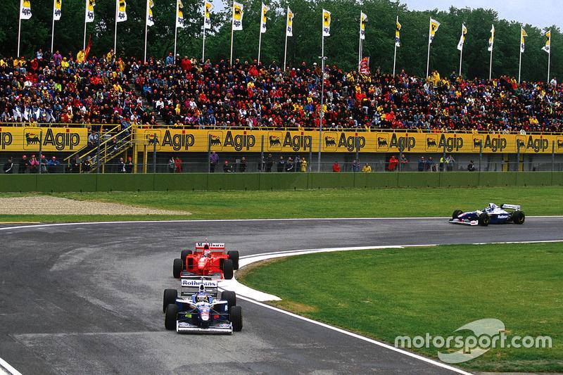 No meio disso, aconteceu a guerra entre Villeneuve e Schumacher. Os dois pilotos chegaram à última corrida com sete e cinco vitórias, respectivamente. Nos pontos, a vantagem era de Schumi, 78 a 77.