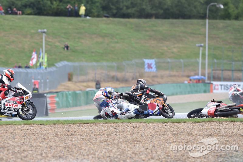 Caída de Jules Danilo, Marinelli Rivacold Snipers, Maria Herrera, AGR Team al comienzo de la carrera