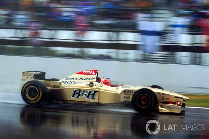 После пит-стопов Алези и Вильнева пилот Jordan Рубенс Баррикелло вышел на второе место, но за 20 кругов до конца сошел с дистанции из-за проблем с дифференциалом на своем Jordan 196.