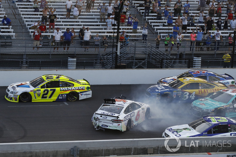 Crash: Trevor Bayne, Roush Fenway Racing Ford