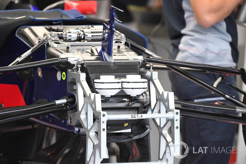 Scuderia Toro Rosso STR12 detaylı ön süspansiyon ve şasi