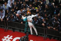 Lewis Hamilton, Mercedes AMG, celebra la victoria con su equipo en parc ferme