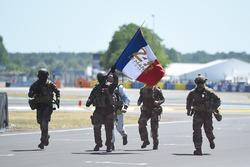 L'Armée française amène le drapeau tricolore au circuit