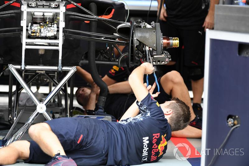 Un mecánico de Red Bull Racing trabaja en el freno delantero
