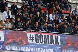 Een groep #GoMax Verstappen-supporters op de hoofdtribune