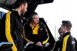Cyril Abiteboul, directeur général de Renault Sport F1 avec Nico Hulkenberg, Renault Sport F1 Team et Nick Chester, directeur technique chassis Renault Sport F1 Team