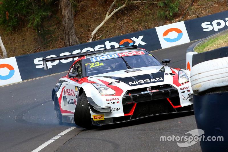 #23 Nissan Motorsport, Nissan GT-R Nismo GT3: Katsumasa Chiyo, Alex Buncombe, Michael Caruso, choque
