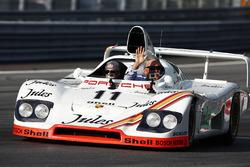 Chase Carey, Chairman, Formula One, in una Porsche 936 1981 guidata da Neel Jani