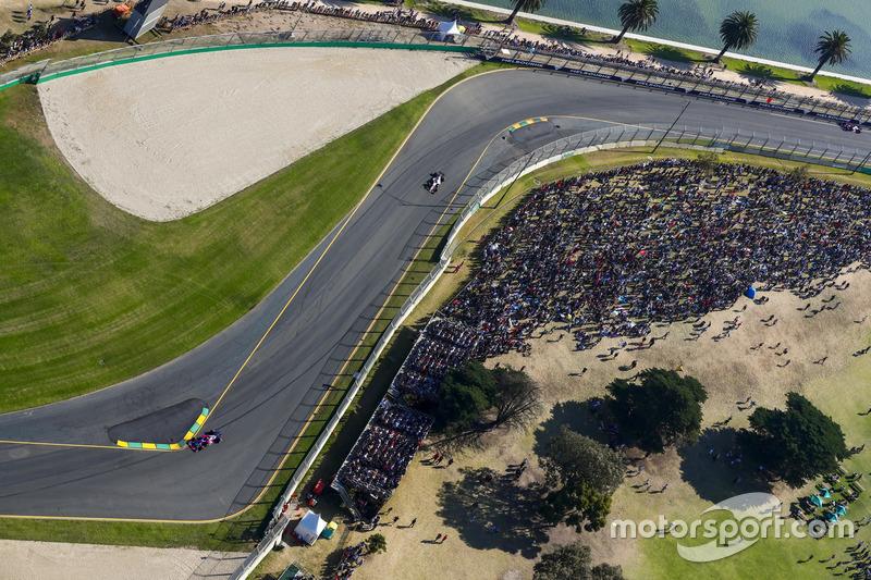 Daniil Kvyat, Scuderia Toro Rosso STR12, leads Sergio Perez, Force India VJM10