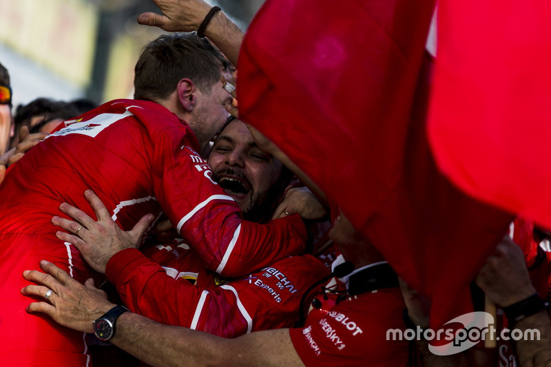Sebastian Vettel, Ferrari celebra en el Parc Ferme con su equipo