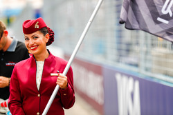 Une hôtesse Qatar Airways sur la grille