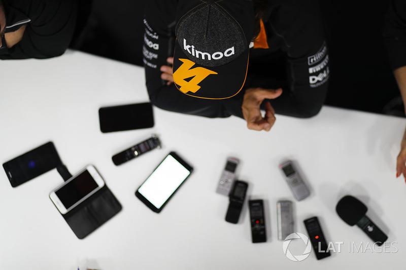 Fernando Alonso, McLaren, con los medios