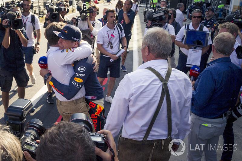 Le vainqueur Max Verstappen, Red Bull Racing fête la victoire avec Christian Horner, directeur de Red Bull