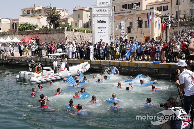 Thierry Neuville, Nicolas Gilsoul, Hyundai Motorsport Hyundai i20 Coupe WRC saltano nell'acqua