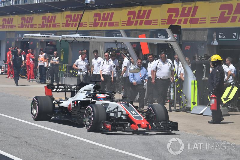 Romain Grosjean, Haas F1 Team VF-18 stops in pit lane during Q1