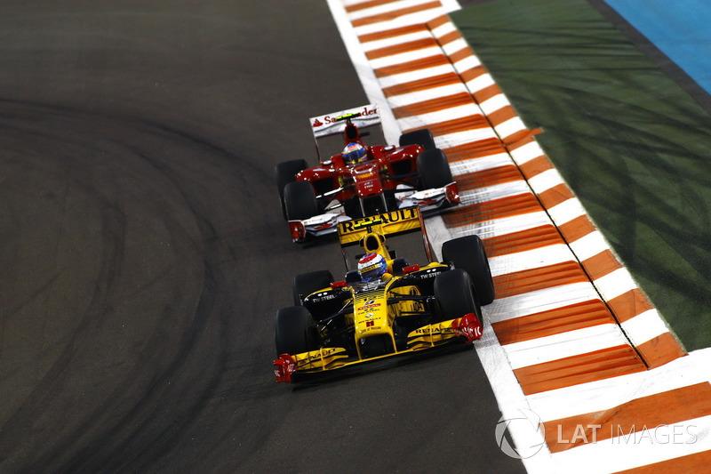 В 2010 году на заключительный этап сезона в Абу-Даби сразу четыре пилота приехали с шансами на титул. Фаворитом был Фернандо Алонсо, но он провел неудачную гонку, застряв до финиша за Виталием Петровым. А победа и в Гран При, и в чемпионате досталась Себастьяну Феттелю