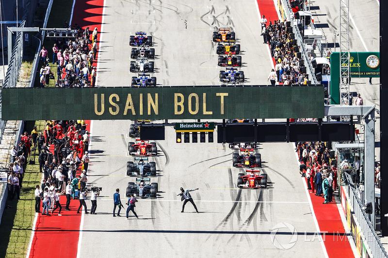 Usain Bolt haciendo su clásica pose antes de la salida de la carrera