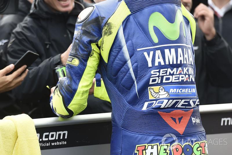"""A marca da agressividade ficou no macacão de Rossi. O piloto foi tocado por Márquez na curva 2 a certa altura da prova, e terminou a prova com """"feridas"""" da batalha na pista."""