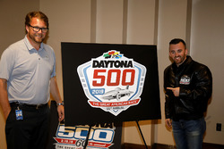 Chip Wile, Streckenchef Daytona International Speedway, und Austin Dillon, Richard Childress Racing Chevrolet Camaro, mit dem Logo für das Daytona 500 2019