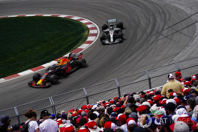 Max Verstappen, Red Bull Racing RB14, precede Lewis Hamilton, Mercedes AMG F1 W09