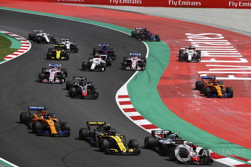 Kevin Magnussen, Haas F1 Team VF-18, Carlos Sainz Jr., Renault Sport F1 Team R.S. 18, Fernando Alonso, McLaren MCL33 e Romain Grosjean, Haas F1 Team VF-18, mentre Stoffel Vandoorne, McLaren MCL33, e Marcus Ericsson, Sauber C37, vanno larghi