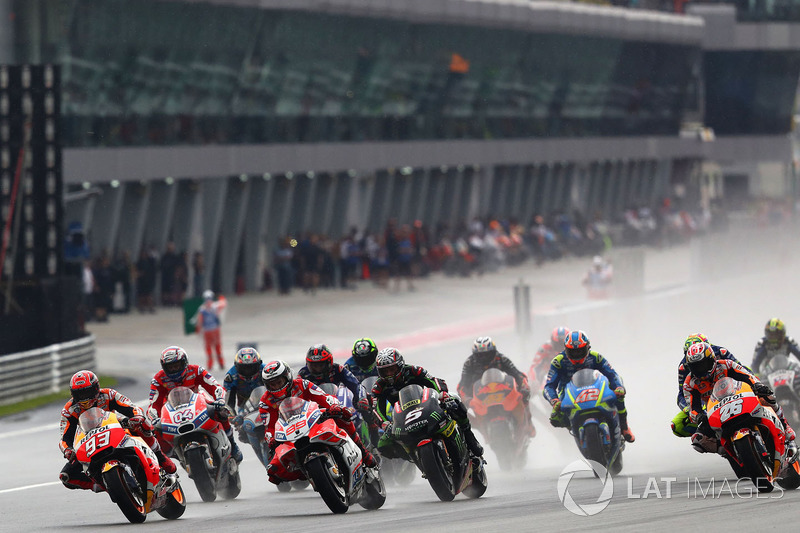 Na pista molhada, Marc Márquez começou com tudo e pulou da sétima, para a terceira posição.