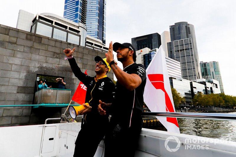 Daniel Ricciardo, Renault e Lewis Hamilton, Mercedes AMG F1, si dirigono verso l'evento a Federation Square