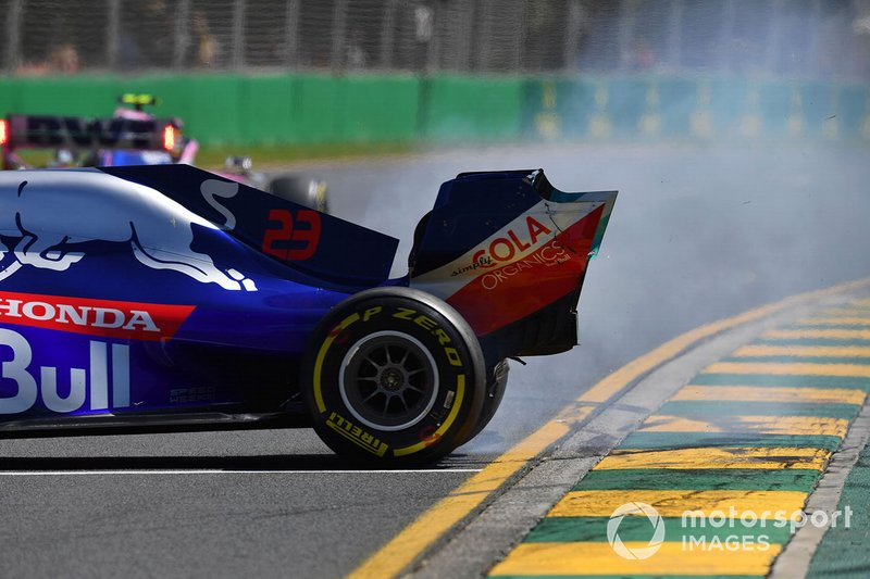 Alexander Albon, Toro Rosso STR14, suffers a spin and damages his front wing
