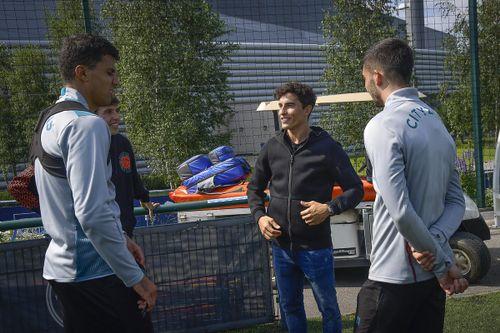 Los hermanos Márquez visitan al Manchester City