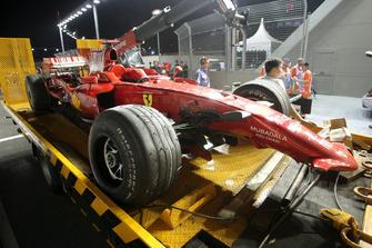 El coche de Kimi Raikkonen, Ferrari F2008 se recupera después de que se estrelló fuera de la carrera