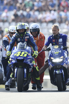 Valentino Rossi, Yamaha Factory Racing, broken down and being pushed back to the garage