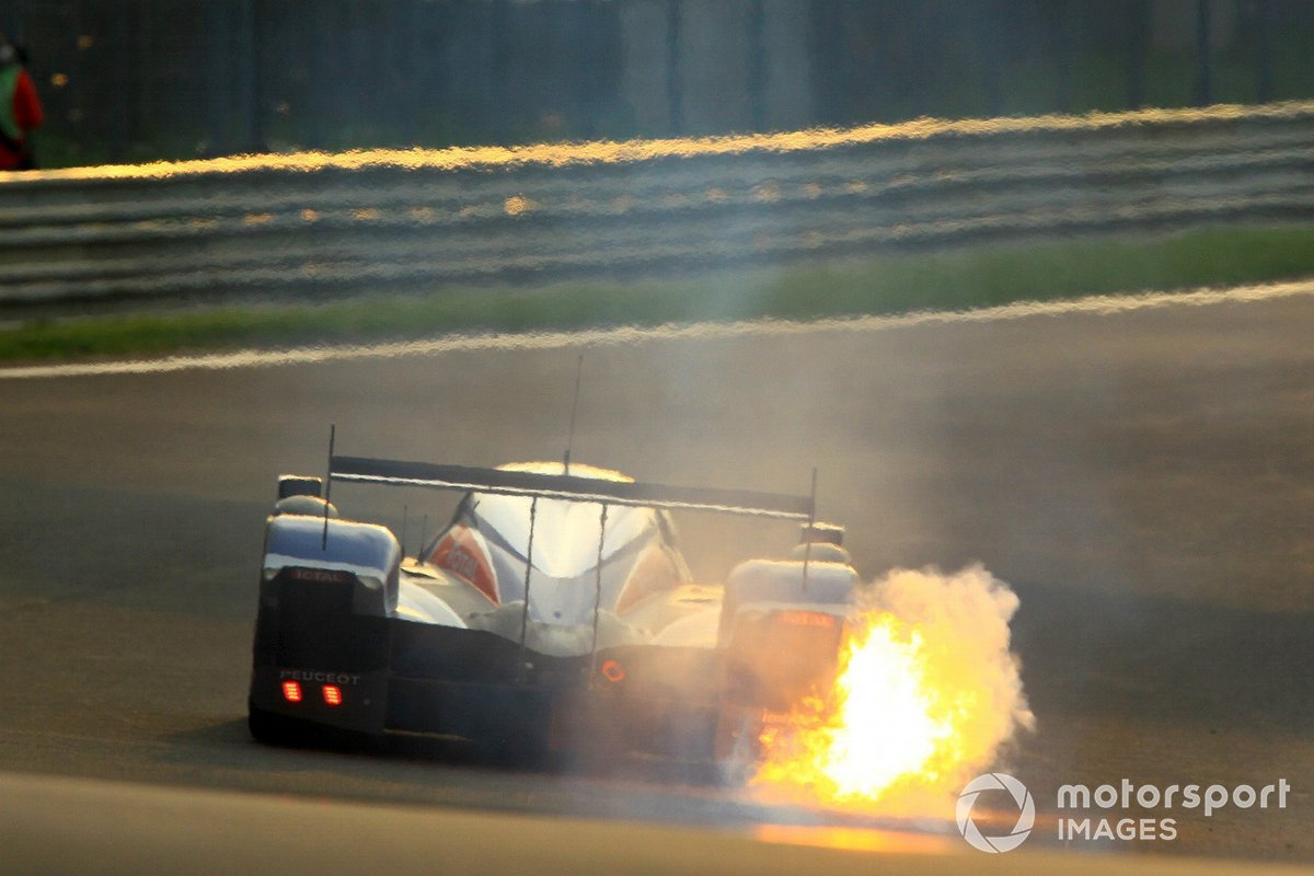 #2 Team Peugeot Total Peugeot 908 HDi-FAP: Nicolas Minassian, Stephane Sarrazin, Franck Montagny, suffers engine failure