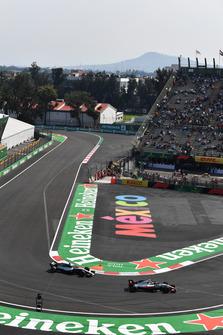 Кевин Магнуссен, Haas F1 Team VF-18, и Льюис Хэмилтон, Mercedes AMG F1 W09