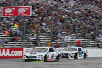 Kevin Harvick, Stewart-Haas Racing, Ford Fusion Mobil 1, J.J. Yeley, BK Racing, Toyota Camry Maximum Elevation Off-Road