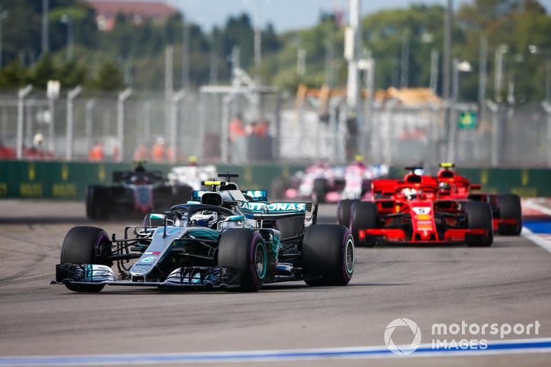 Valtteri Bottas, Mercedes AMG F1 W09, memimpin Sebastian Vettel, Ferrari SF71H