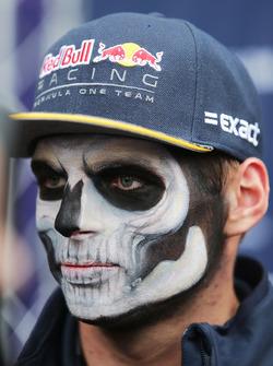 Max Verstappen, Red Bull Racing llega al circuito pintado como catrín del Dia de Muertos