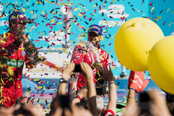Nick Heidfeld, Mahindra Racing, rocía el champán en el podio